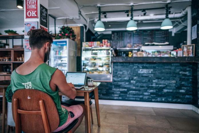 Freelance lavorando dalla caffetteria